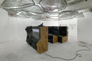 Neïl Beloufa, Jaguacuzzi, 2015. Television screen, audiovisual material, paint on fiberglass, paint on MDF, sky, steel, pigmants and cigarettes buds in resin, mixed media 140,97 x 340,36 x 226,06 cm.